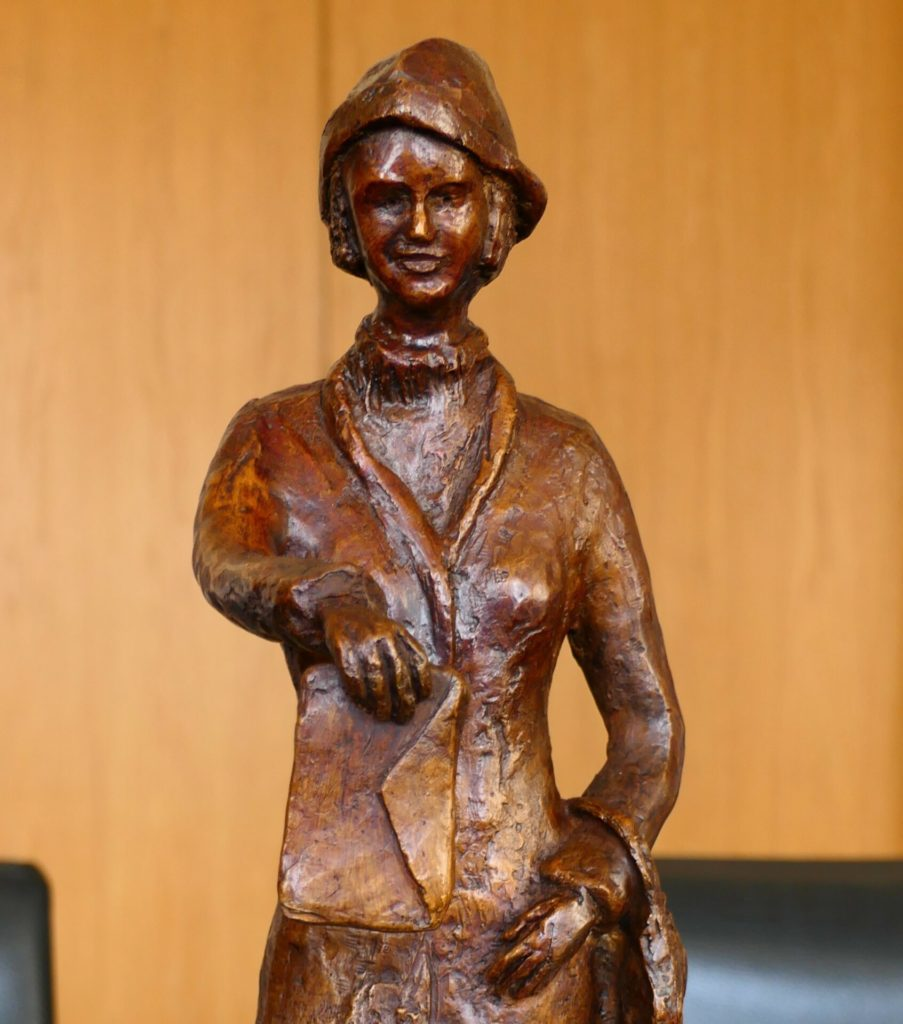 Remise de la sculpture du Centenaire du droit de vote des femmes